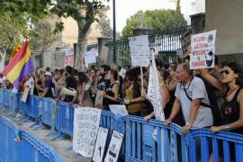 Un centenar de antitaurinos se manifiesta ante la plaza de toros de Palma