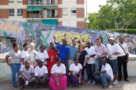 Voluntarios nigerianos limpian la plaza Rosa Bueno de Palma