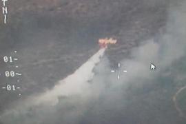 Los bomberos trabajan en la extinción de un incendio en Petra