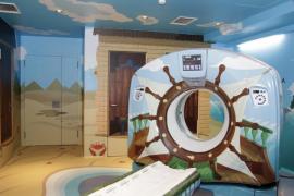Son Espases convierte el TAC de Pediatría en un barco pirata