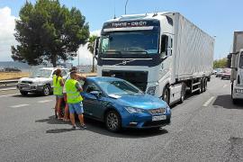 Retenciones en la autopista de Inca al chocar un camión y un turismo