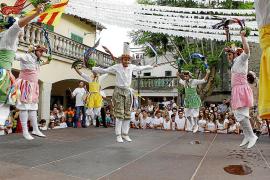 Los Cossiers desafían a la lluvia y con sus danzas honran a la Mare de Déu d'Agost