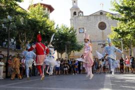 Los vistosos bailes de los Cossiers llenan las calles de Alaró en honor a Sant Roc