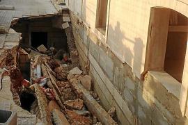 Un pasillo del cementerio de Muro se hunde a causa de las intensas lluvias