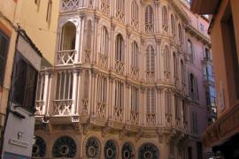 Cort ordena retirar las pegatinas de los vitrales de Can Corbella