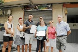 Vecinos de la calle Fe recogen firmas para aumentar la seguridad en el barrio