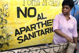 Sanidad avisa que dar la tarjeta a inmigrantes irregulares puede ocasionar multas millonarias