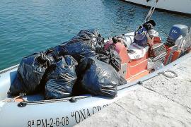 Dos embarcaciones limpian de plásticos el litoral manacorí