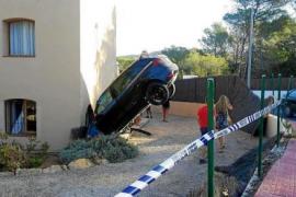 Un conductor ebrio empotra un coche en un dormitorio