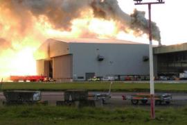 El incendio de un hangar en el aeropuerto de Dublín ha obligado a suspender los vuelos