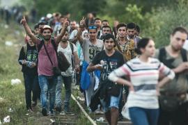 Hungría estudia desplegar el ejército ante la llegada de miles de refugiados
