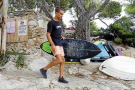 Un surfista rescata a un bañista de 70 años que se ahogaba en Capdepera