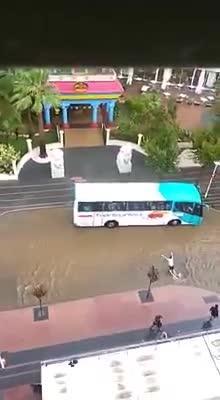 Un turista nada en la calle tras la intensa tormenta