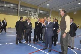 El ministro Corbacho inaugura la reforma del pabellón de Sa Creu de Inca