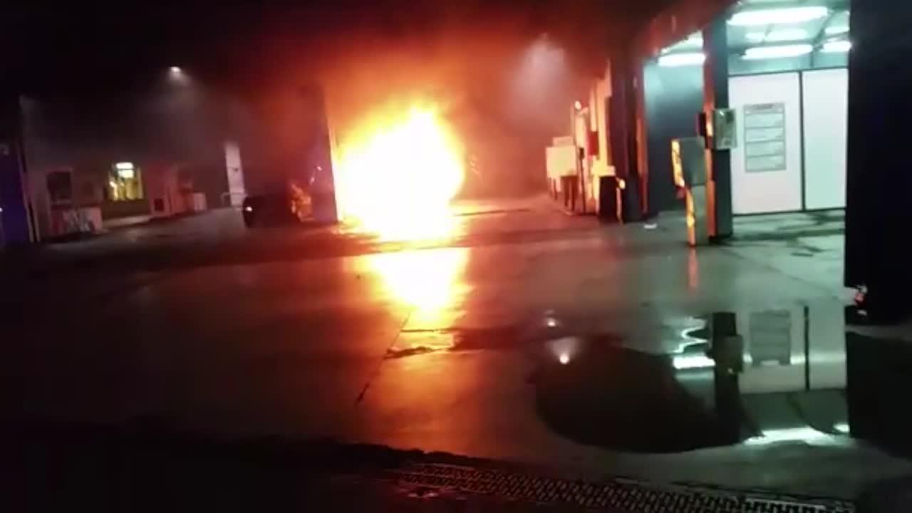 Un coche se incendia en la gasolinera del Rafal Vell