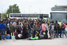 Viena recibe con aplausos a los refugiados del primer tren especial
