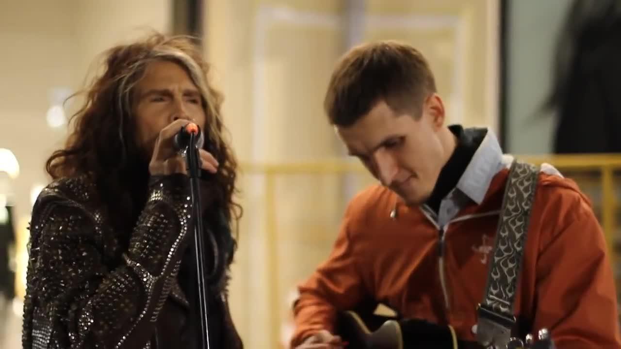Steven Tyler se marca un dúo con un cantante callejero en Moscú