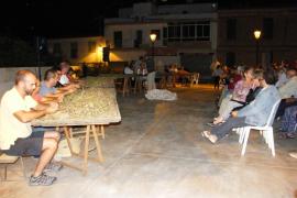Demostración de 'peladissa d'ametles' y 'combat de glosat' en Cas Concos
