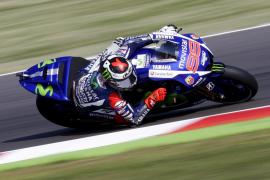 Lorenzo manda por delante de Rossi en el primer asalto en Misano
