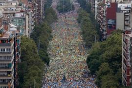 Cientos de miles de ciudadanos llenan la Via Lliure en un ambiente festivo