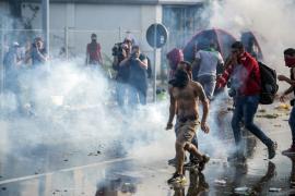La Policía húngara usa gas pimienta para impedir que los refugiados crucen su frontera