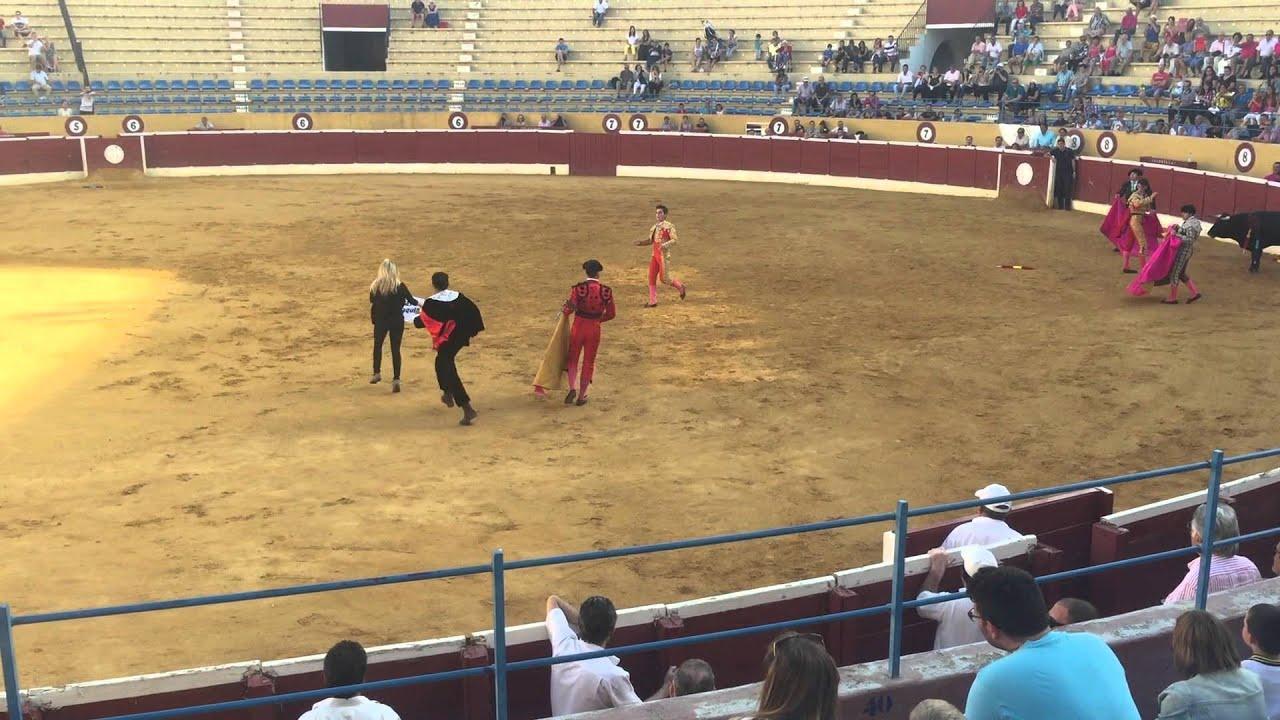 Una activista salta al ruedo para reconfortar al toro «en sus últimos momentos»
