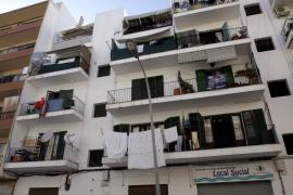 Un niño de tres años y su tía, de 28, caen desde un segundo piso en Eivissa