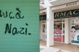 Los dos jóvenes acusados niegan haber pintado «nazi» en la farmacia de Bauzá