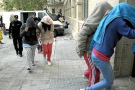 Acusan a 14 'claveleras' de un delito de integración en  organización criminal