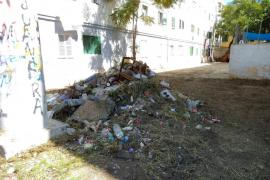 Operarios de Emaya retiran 18,5 toneladas de residuos de los patios interiores de Corea