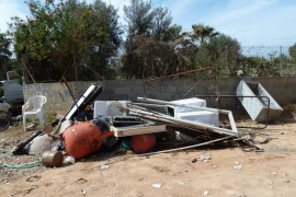 Emaya inicia la limpieza del vertido ilegal del camino de Son Olivaret
