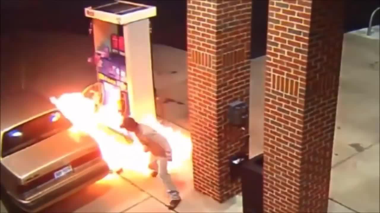 Casi se prende fuego al intentar matar una araña con un mechero en una gasolinera