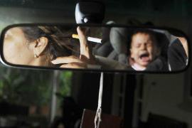 El Reino Unido prohíbe desde este jueves fumar en los coches con niños