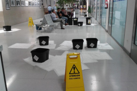Las goteras obligan al cierre de una planta del centro de salud de Porto Cristo