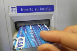 La doble comisión por sacar dinero en los cajeros de otro banco ya no se podrá cobrar