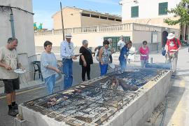 Sant Joan vive su feria entre la tradición artesanal y la 'festa del botifarró'