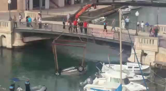 Se precipita al agua con su coche en el port de Ciutadella