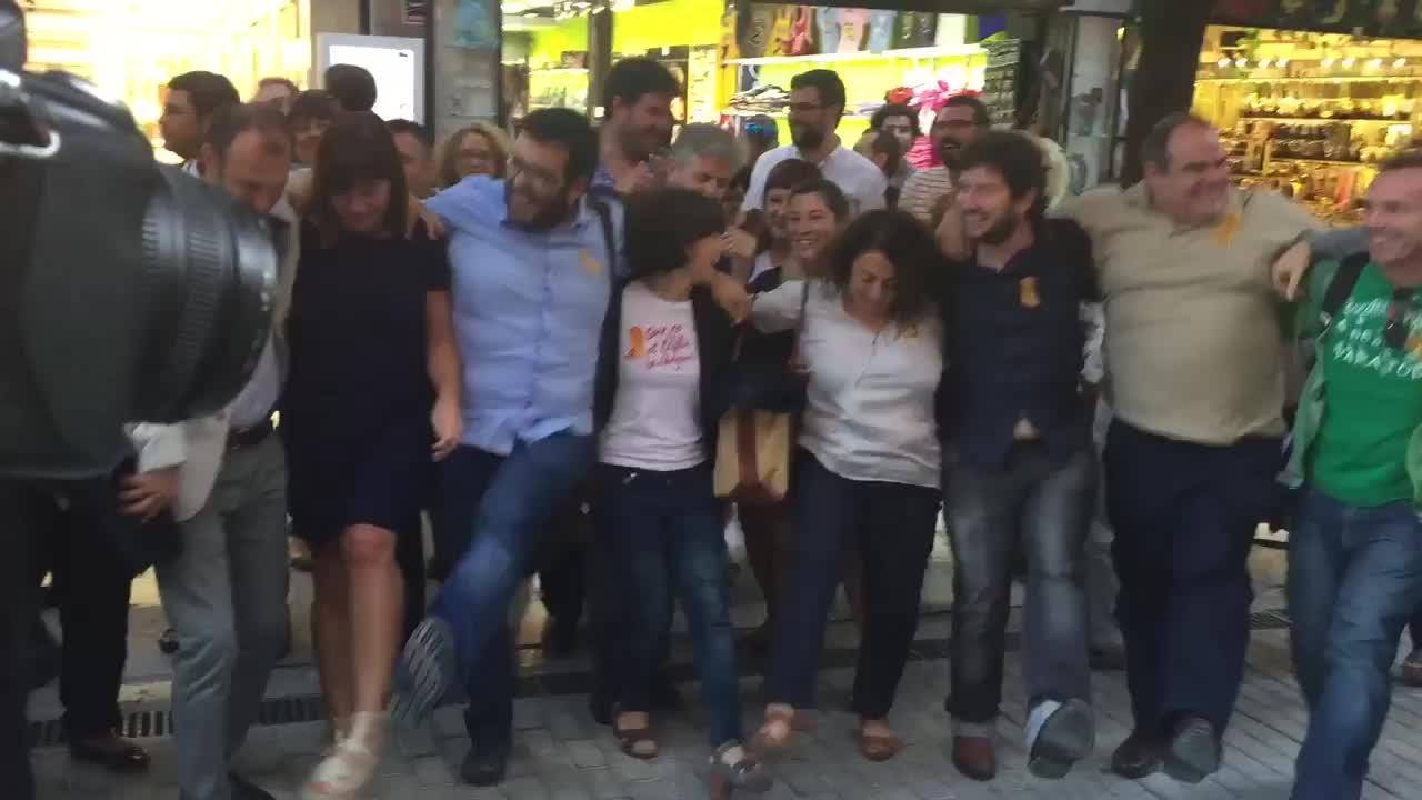 PSIB, MÉS y Podemos celebran la derogación de la ley bailando en la calle