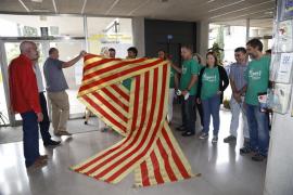 El IES Marratxí cuelga un lazo cuatribarrado para celebrar la derogación de la Llei de Símbols