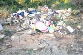 Medi Ambient limpia los residuos y escombros del Parque de Mondragó