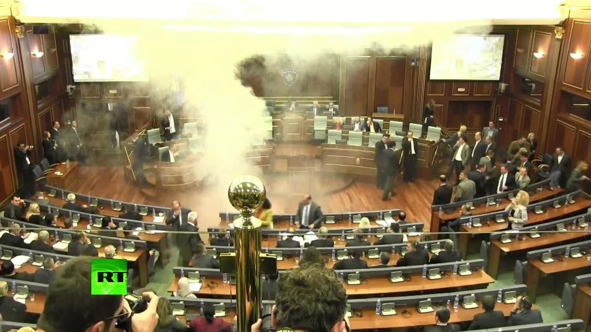 Un diputado activa una bomba de humo dentro del Parlamento de Kosovo