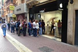 Colas en Palma para comprar los nuevos iPhone 6S y 6S Plus