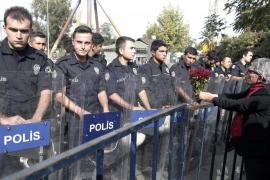 La policía carga contra los presentes en el acto por las víctimas de Ankara