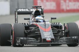 Alonso, contento porque «hemos metido a los dos coches en los puntos en el circuito más complicado»