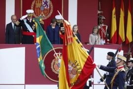 El Rey preside el desfile de la Fiesta Nacional, en el que han participado miles de militares