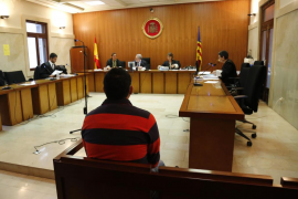 Un policía admite la detención ilegal de un hombre al que su novia debía dinero