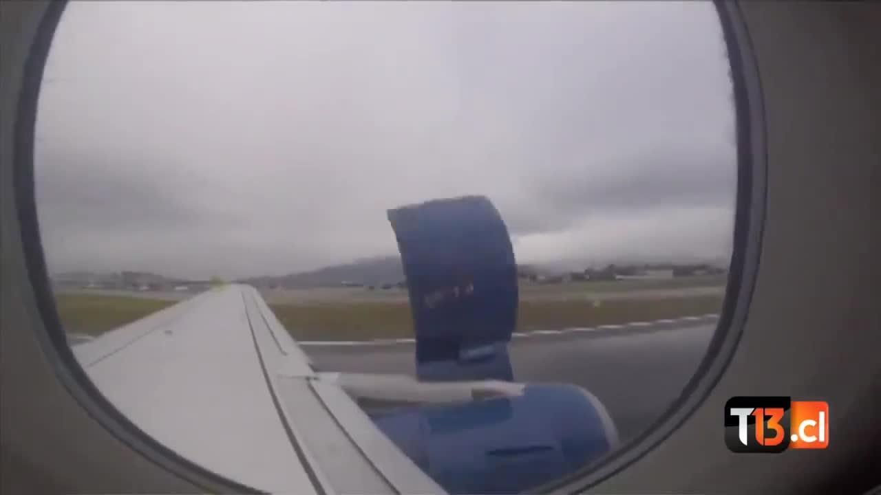 Un pasajero graba el desprendimiento de la carcasa de un motor en pleno despegue
