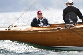 El rey Juan Carlos I pone a prueba un velero clásico