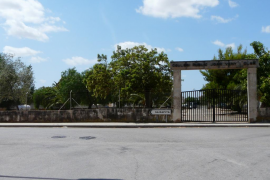 Concentración en el colegio Joan Veny i Clar de Campos para pedir un nuevo centro
