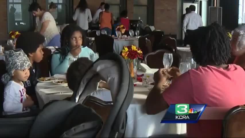 Unos novios cancelan su boda y la familia invita a comer a personas sin hogar